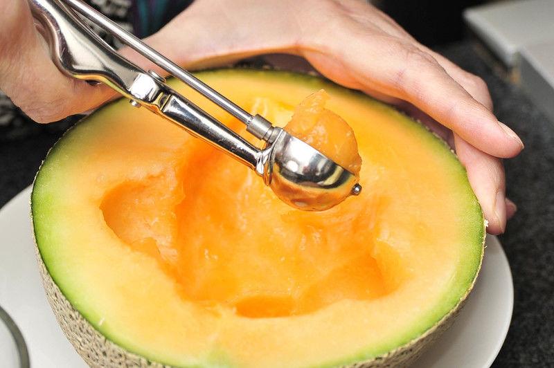 Hacer bolitas de melón con una cuchara pequeña o cortar en cubos de 2 cm por lado.