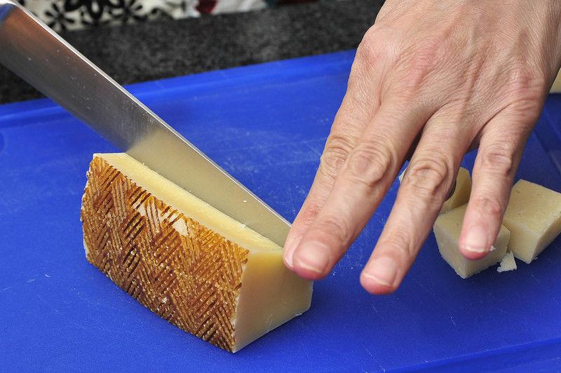 Cortar el queso manchego en cubos de 2 cm por lado.