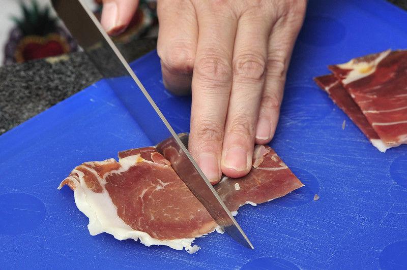 Cortar el jamón serrano en cuadros de 5 cm por lado.