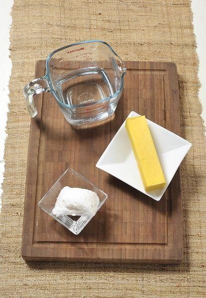 """Para medir una taza de manteca o mantequilla, coloque una taza de agua en una taza medidora con capacidad para dos tazas. Corte trozos de manteca o mantequilla y sumérjalos en el agua. Agregue suficiente grasa para que el agua suba hasta el nivel de dos tazas. Es importante que la grasa no se pegue a la parte inferior ni a las paredes del recipiente para no afectar la medición. Se le atribuye a Arquímides, quién nació en 287 a.C., el haber descubierto este principio """"el volumen de un cuerpo es igual al volumen del agua que desplaza"""""""