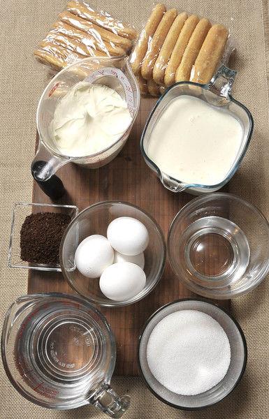 Ingredientes: 1/2 taza de agua 1 1/2 tazas de queso mascarpone 2 tazas de crema para batir 1 caja de soletas 1 taza de azúcar blanca 4 piezas de yema de huevo 4 cucharadas de café molido 2 tazas de agua