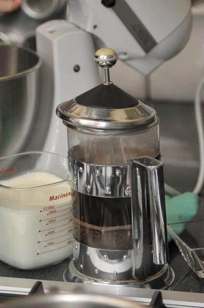 Preparar un café bien cargado hirviendo las dos tazas de agua y colocándola en una cafetera con el café. Percolar, reservar y dejar enfriar.