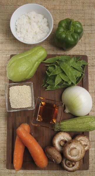 2 zanahorias 1 pimiento morrón 1 taza de chícharos chinos ½ cebolla 1 chayote 1 calabacita 1 taza de hongos Ajonjolí 1 taza de arroz al vapor Salsa de soya Aceite de ajonjolí