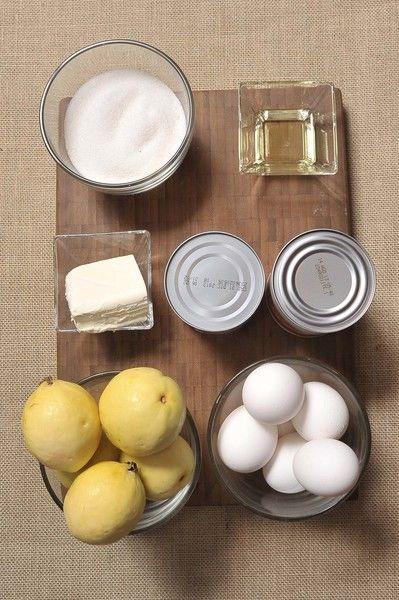 Ingredientes: aceite vegetal al gusto 6 piezas de guayaba 1 lata de leche condensada 1 lata de leche evaporada 95 gramos de queso crema 3 piezas de yema de huevo 3 piezas de huevo 1 taza de azúcar blanca