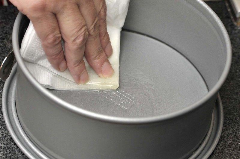 Embarrar bien el molde refractario con aceite vegetal, usando una servilleta.