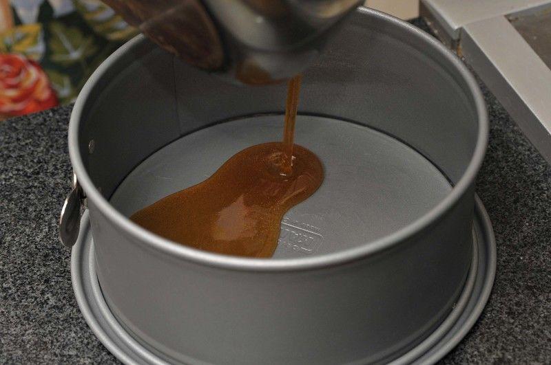 Verter dentro del molde que se va a utilizar para el flan.