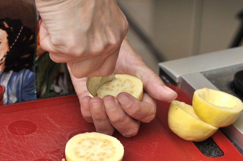 Cortar las puntas de las guayabas y desatacarlas. Partir por la mitad y retirar las semillas.