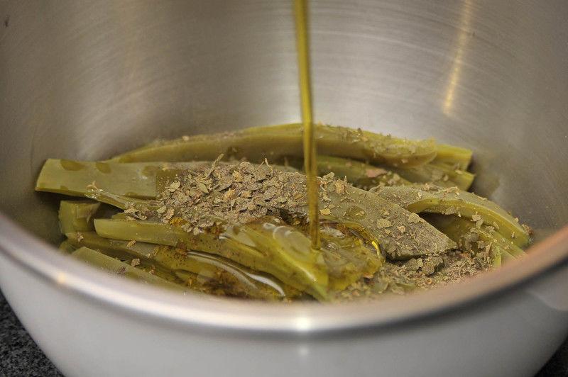 Colocar los nopales en un tazón y mezclar con el orégano, la pimienta y el aceite de oliva.