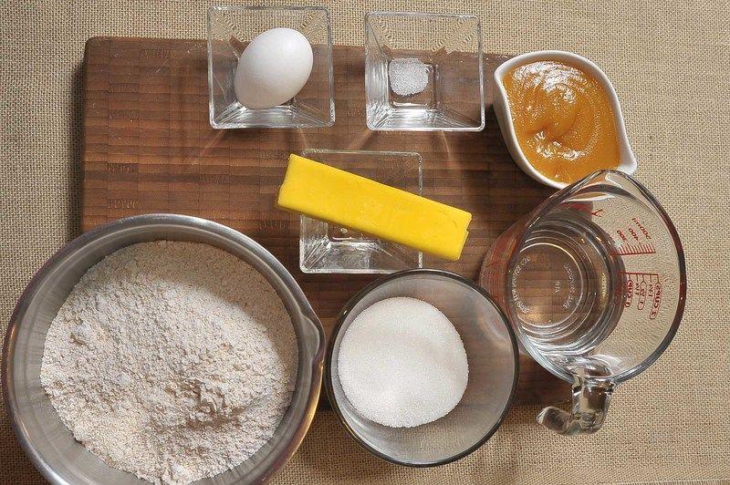 90 gramos de mantequilla 1 pieza de yema de huevo 12 cucharadas de mermelada de durazno 1 taza de agua helada 1 pizca de sal 1/2 taza de azúcar blanca 3 tazas de harina integral