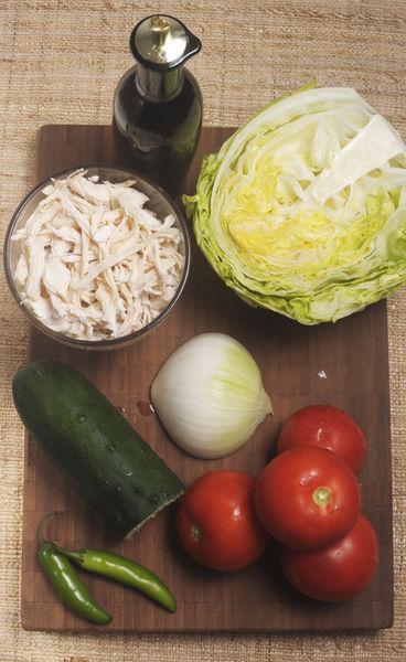 1 pechuga de pollo 2 jitomates ½ lechuga ¼ cebolla ½ pepino 2 chile serrano Sal al gusto Aceite de oliva