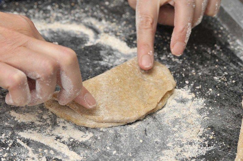 Doblar y sellar los bordes en forma de empanada. Picar la cubierta superior dos o tres veces con el tenedor para permitir que escape el vapor.