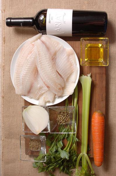 4 filetes de pescado blanco 2 cucharadas de aceite de oliva ¼ de cebolla 1 zanahoria 1 rama de apio 2 ramas de perejil 1 cucharita de tomillo 1 cucharadita pimienta verde Sal al gusto 1 botella de vino tinto Mariatinto 2011