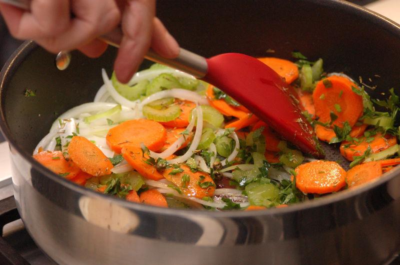 Agregar la zanahoria, el apio, el perejil, el tomillo y lo que sobra de la pimienta sin moler. Sazonar con sal y continuar cociendo sin dejar de mover durante 8 minutos, hasta que las zanahorias estén suaves.