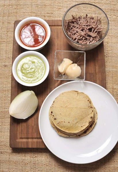Ingredientes: Salsa roja picante Salsa verde picante 100 gramos de Carne deshebrada de res 2 cucharadas de Manteca de puerco 1/4 pieza de Cebolla blanca 8 piezas de Tortilla de maíz