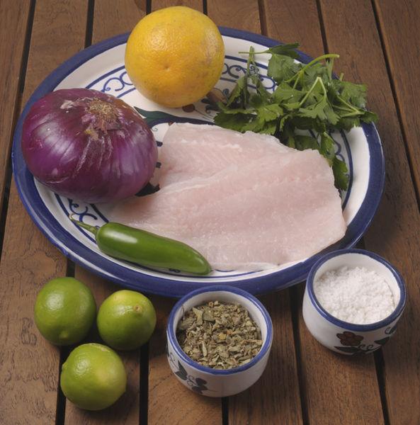 1 taza de pescado en trozo 4 cucharadas de jugo de limón 4 cucharadas de jugo de naranja Sal de mar al gusto ½ chile serrano 3 cucharaditas de perejil picado ¼ de cebolla morada en filete 1 pizca cargada de orégano