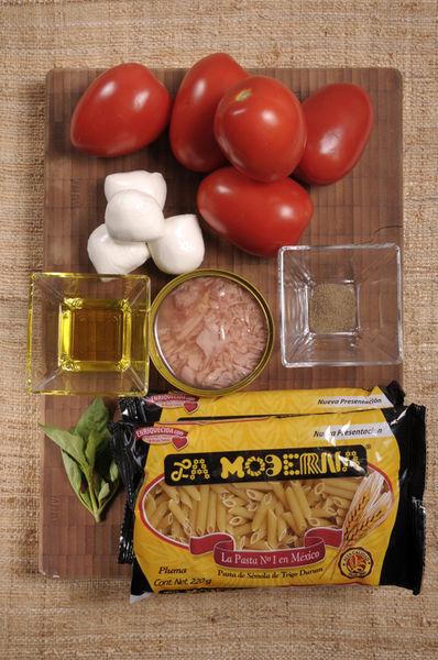 150 gramos de queso mozzarella 5 piezas de jitomate guaje 4 hojas de albahaca fresca 1 lata de atún 2 cucharadas de aceite de oliva virgen extra Sal Pimienta 440 gramos de pasta de pluma La Moderna