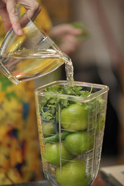 Moler en la licuadora con el cilantro, el ajo y un poco de agua.