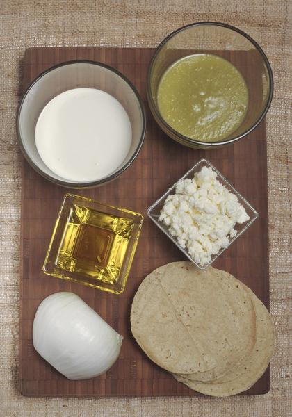 6 tortillas ¼ de cebolla ¼ de taza de crema ¼ de taza de queso fresco o doble crema desmenuzado Sal al gusto Aceite de oliva ½ taza de salsa de tomatillo verde