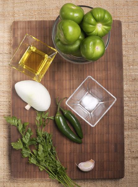 8 tomatillos verdes 2 chiles serranos 1 diente de ajo 1 pizca de bicarbonato de sodio Sal, al gusto 1 chorrito de aceite de oliva