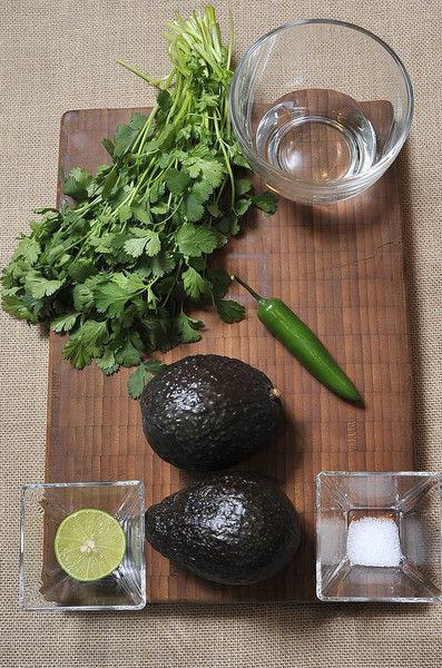 2 aguacate ½ limón ¼ de manojo de cilantro 1 chile serrano ½ cucharita de sal ½ taza de agua Desinfectante de verduras