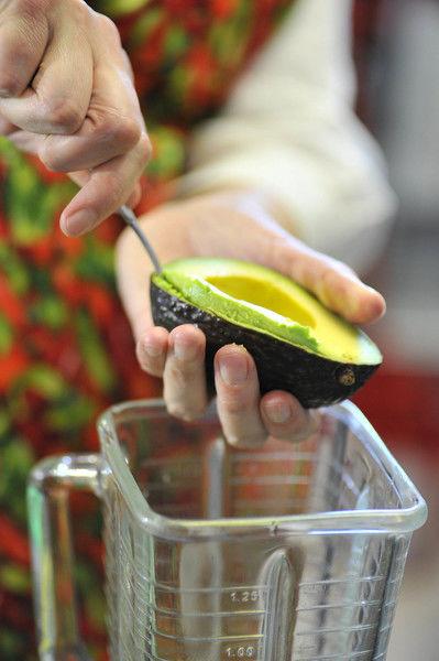 Extraer la pulpa con ayuda de una cuchara y colocarla en el vaso de la licuadora.