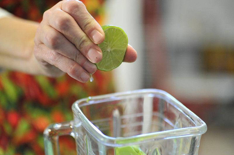 Agregar el jugo de medio limón, el cilantro.