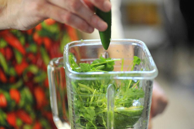 Agregar el chile serrano, la sal y el agua; moler. Si es necesario agregar más agua.