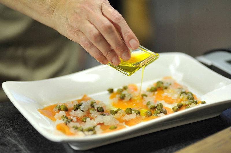 Bañar con el jugo de limón y suficiente aceite de oliva.