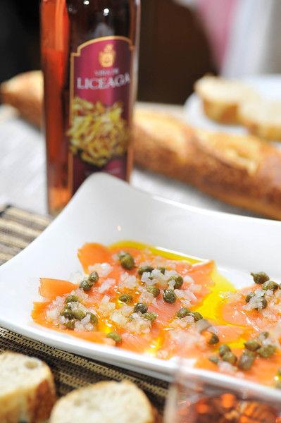 Servir acompañado con trozos de pan blanco tostado y maridar con vino rosado de la bodega mexicana Viña de Liceaga. Es ideal como entrada o botana.