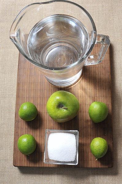 1 1/2 litros de agua 1/4 de taza de azúcar blanca 4 piezas de limón 1 pieza de manzana verde