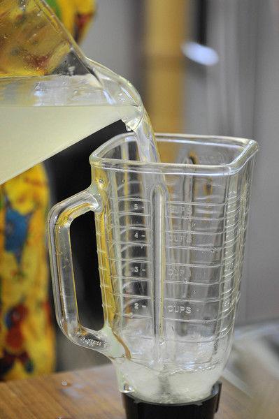 Colocar una taza de agua de limón en la licuadora.