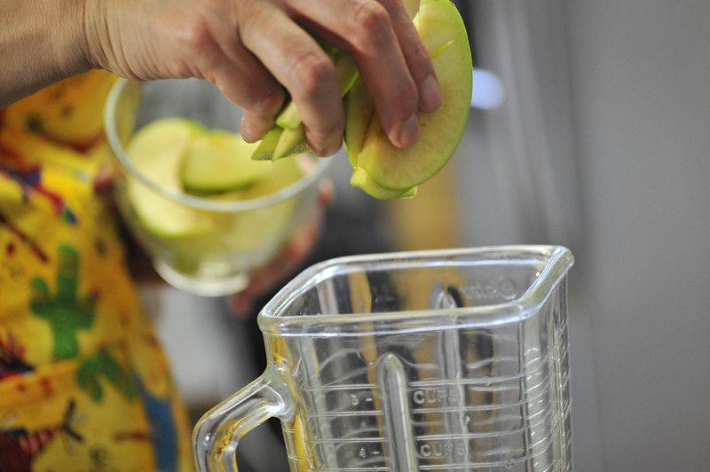 Agregar la manzana en trozos, ya sin semillas. Licuar bien. Regresar la mezcla licuada a la jarra con el resto del agua de limón.