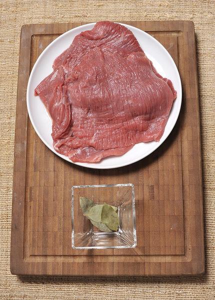Ingredientes: Sal 4 piezas de Hoja de laurel 500 gramos de Falda de res