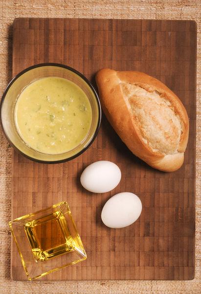 2 huevos ¾ taza de salsa verde Aceite de oliva al gusto Sal al gusto Pimienta al gusto Pan bolillo