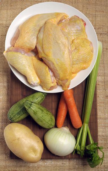 1 pollo 1/2 cebolla 1 zanahoria 1 papa 2 ramitas de apio 1/4 manojo de cilantro 2 calabacitas Sal al gusto