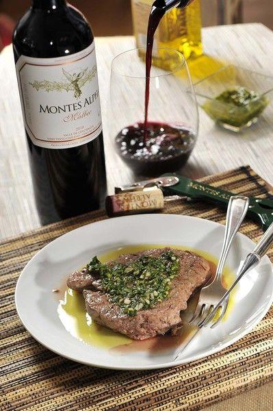 Servir los medallones bañados con salsa chimichurri y acompañados con una copa de vino tinto chileno Montes Alpha Malbec.