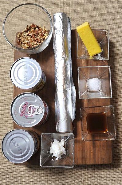 2 cucharadas de extracto de vainilla 1 cucharada de manteca vegetal papel aluminio al gusto 1/2 taza de nuez picada 1 pizca de sal 6 cucharadas de mantequilla sin sal 1 lata de leche evaporada 2 latas de leche condensada