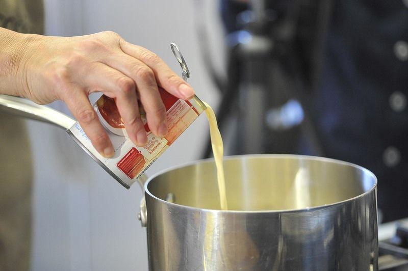 Agregar la leche evaporada, la mantequilla, la vainilla y la pizca de sal. Cocer a fuego medio durante 20 a 30 minutos sin dejar de mover con una pala de madera.