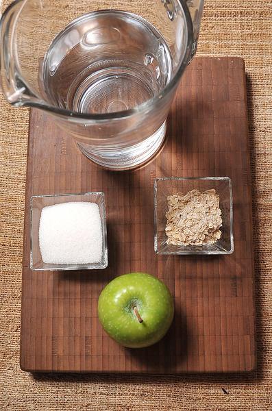 1/4 taza de azúcar blanca 1 litro de agua 1 pieza de manzana 2 cucharadas de hojuelas de avena