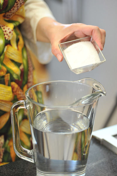 En una jarra con agua, agregar el azúcar y mezclar hasta disolver.