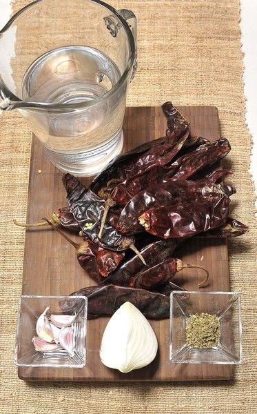 3 tazas de Agua 5 dientes de Ajo 2 cucharitas de Orégano seco 1/4 pieza de Cebolla blanca 20 piezas de Chile guajillo