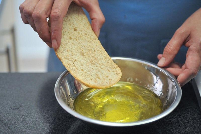 Es mejor si se utiliza pan duro o pan de ayer. Remojar el pan en una taza de agua con el aceite de oliva virgen extra, el vinagre y sal al gusto.