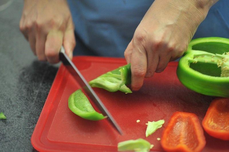 Cortar los pimientos y quitarles las semillas y las venas blancas.