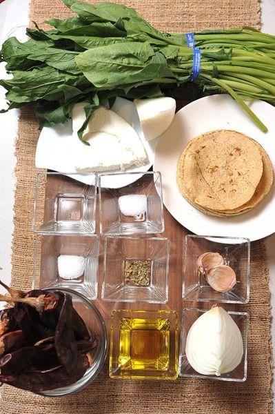 10 piezas de tortilla de maíz aceite de oliva al gusto 100 gramos de queso fresco 1/2 cucharita de sal 2 manojos de espinaca 1/4 pieza de cebolla blanca 1 diente de ajo 1/2 cucharita de sal 1 cucharita de vinagre blanco 1/8 cucharita de orégano seco 1/4 pieza de cebolla blanca 1 diente de ajo 8 piezas de chile guajillo