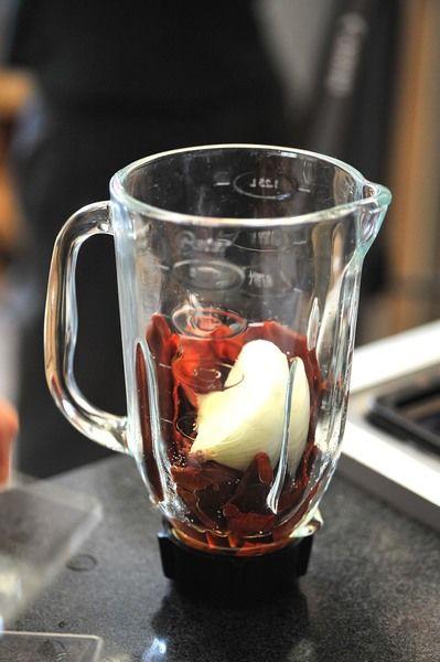 Agregar un trocito de cebolla el orégano seco, media cucharita de sal y el vinagre. Reservar la salsa.