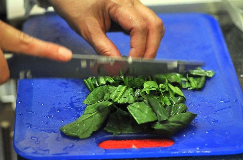 Picar finamente el ajo y el otro cuarto de cebolla. Picar las espinacas previamente lavadas en trozos medianos.