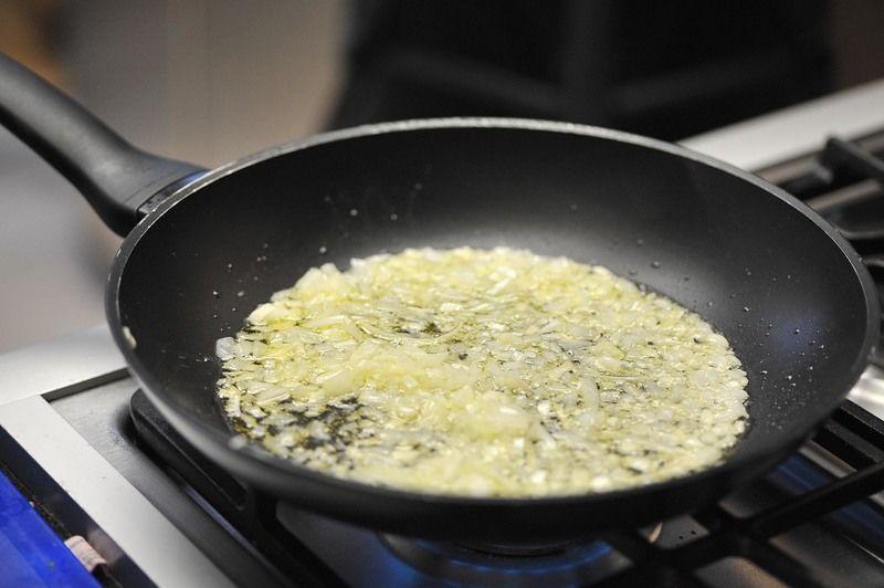 Sofreír el ajo y la cebolla en un sartén con poco de aceite durante un par de minutos.