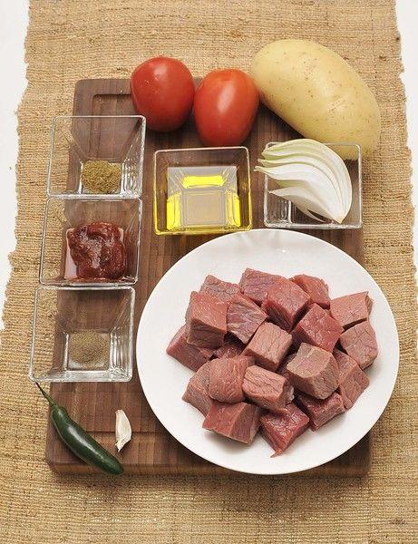 250 gramos de filete de res ¼ de cebolla 1 papa 1 chile serrano (opcional) 2 jitomates 1 diente de ajo ½ cucharita de comino Sal al gusto Pimienta al gusto Aceite de oliva