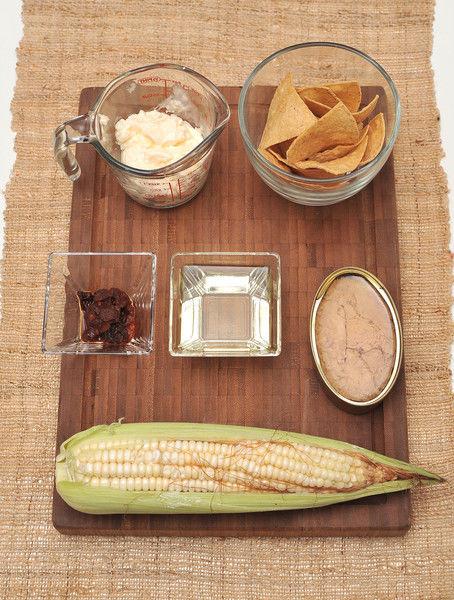 1 lata de atún en aceite de oliva 1 elote ½ taza de mayonesa 1 chile chipotle adobado 1 taza de totopos de maíz