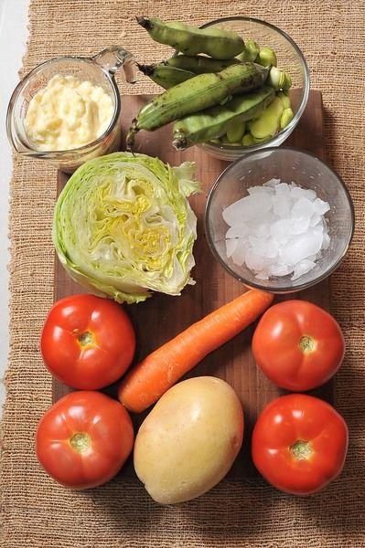 4 piezas de jitomate bola 1/2 taza de haba fresca 1 pieza de zanahoria 1 pieza de papa blanca 1/2 pieza de lechuga sal al gusto pimienta negra molida al gusto hielo al gusto 1 taza de mayonesa